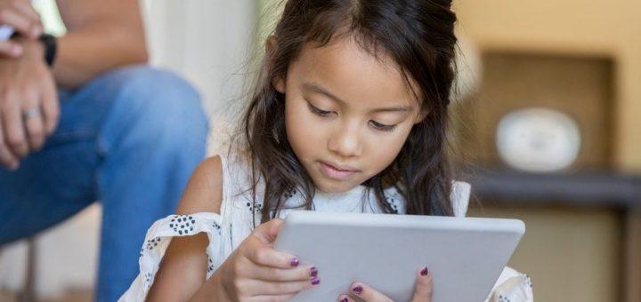 niña viendo la tablet